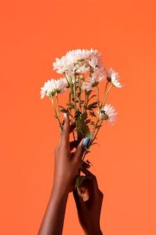 Geslacht vloeibare persoon hand geïsoleerd op oranje