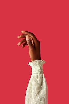 Geslacht vloeibare persoon hand geïsoleerd op rood