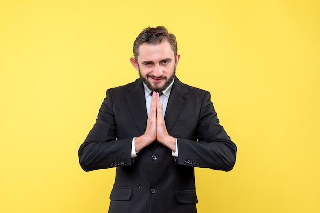Geslepen jonge man die zich over geel bevindt