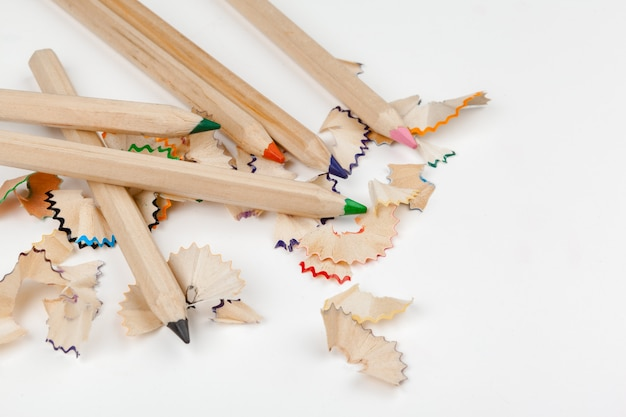 Geslepen potloden met potlood scheren geïsoleerd op wit