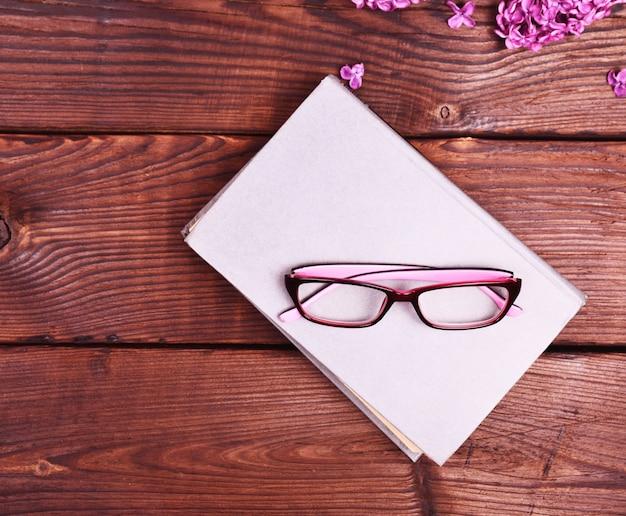 Gesloten boek met een grijze kaft