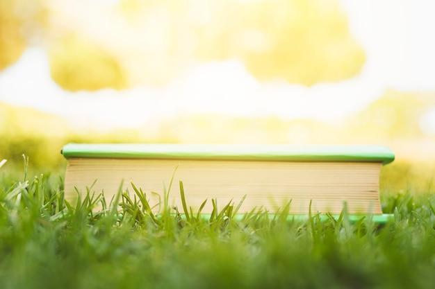 Gesloten boek op gras bij zonlicht