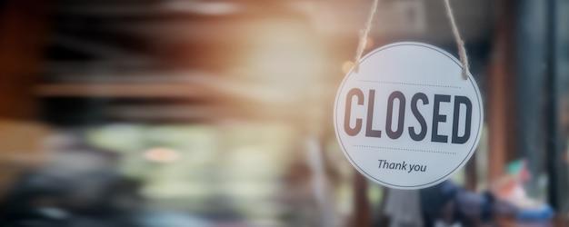 Gesloten bord voor deurcafé en winkel, nieuw normaal en start bedrijfsconcept tijdens coronavirus of covid-19