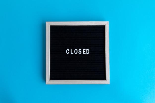 Gesloten citaat op een bord met houten frame op een kleurrijke achtergrond