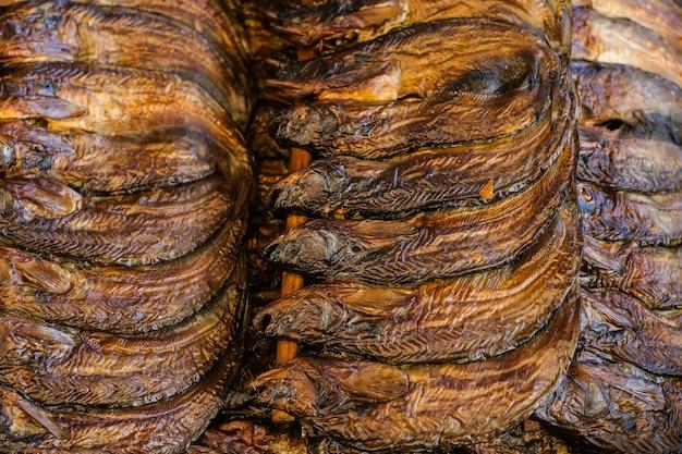 Gesloten gerookte gedroogde vis voor het bewaren van voedsel in thaise traditionele stijl.