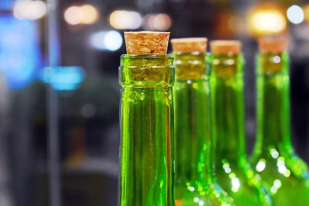 Gesloten groene wijnflessen