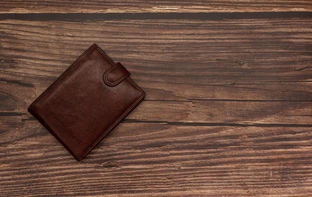 Gesloten heren bruine portemonnee op een houten bruin