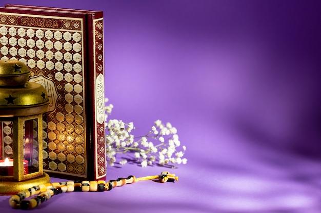 Gesloten koran met paars achtergrondstudioschot