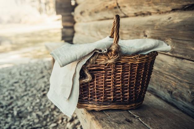 Gesloten mand op een houten bank bij een landelijk huis