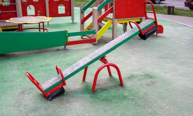 Gesloten moderne speeltuin. veiligheids- en beschermingsmaatregelen tegen covid-19 in het stadspark. lege schommelbalancer voor kinderen in het park zonder mensen. het begrip kindertijd is voorbij.