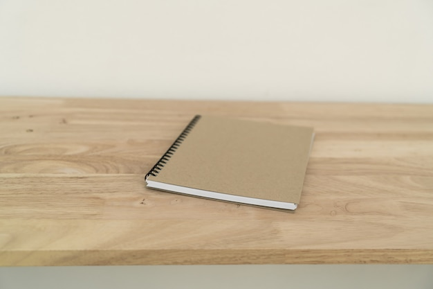 Gesloten notebook op houten tafel