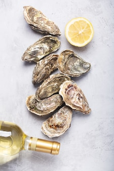 Gesloten oesters op grijze betonnen achtergrond. gezonde zeevruchten