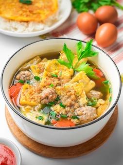 Gesloten omeletbouillion met thaise omeletrijst