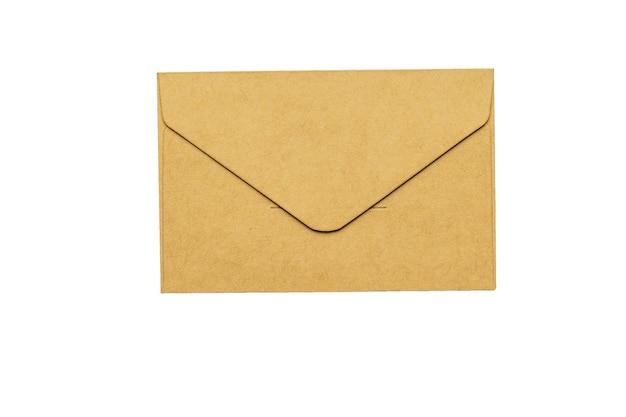 Gesloten papieren post envelop geïsoleerd op een witte achtergrond. plat leggen.