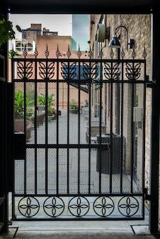 Gesloten poort in het midden van huizen, minneapolis, hennepin county, minnesota, vs.