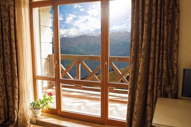 Gesloten raam en mooie foto buiten, uitzicht op de natuur, resort en rust.