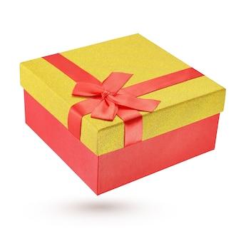 Gesloten rode en gele kartonnen geschenkdoos geïsoleerd op wit met uitknippad