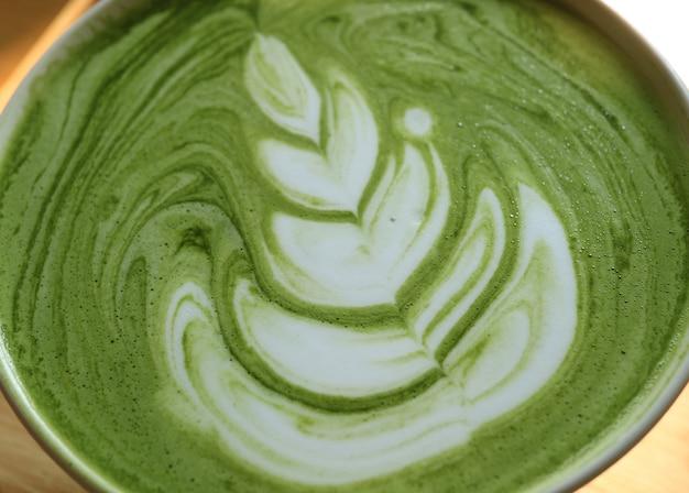 Gesloten textuur van hete japanse matcha groene thee latte met latte art
