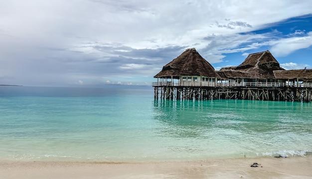 Gesloten tijdens de pandemie een restaurant aan het water aan de oevers van de indische oceaan op het eiland