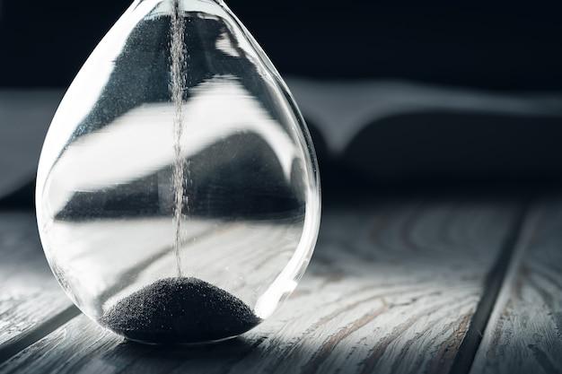 Gesloten van sandglass of zandloper op achtergrond