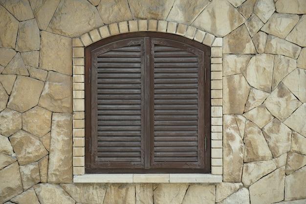 Gesloten venster in een stenen muur