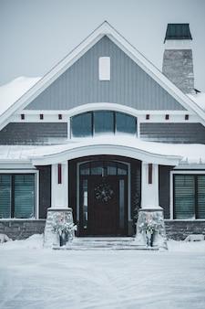 Gesloten zwart en grijs houten huis overdag