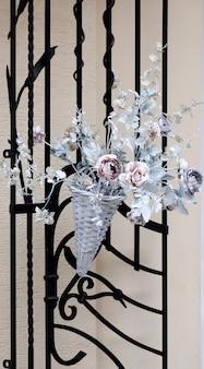 Gesmede bloemen op het net.