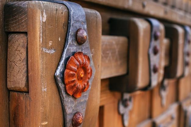 Gesmede onderdelen op oude houten oppervlakken