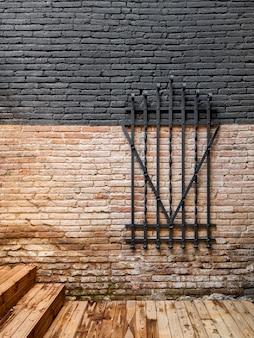 Gesmede stalen metalen decoratieve grille op een bakstenen muur. behoud van vintage items
