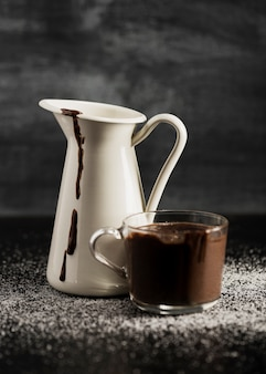 Gesmolten chocolade in mokken en suiker