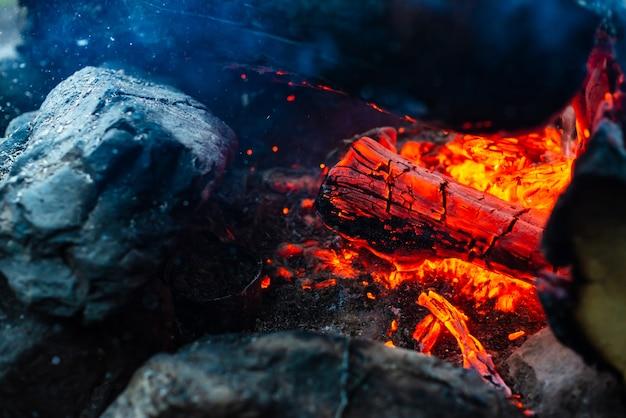 Gesmolten houtblokken verbrand in levendig vuur.