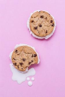 Gesmolten ijs en koekjes bovenaanzicht