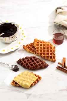 Gesmolten kaas croisant wafel met diverse topping, kaas, chocolade, suiker en kaneel. croffle is viral street food uit korea.