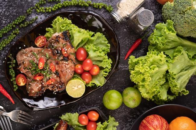 Gesneden ã ¢ â € â ã ¢ â € â € varkenssteak gegarneerd met witte sesam en verse peperzaadjes.