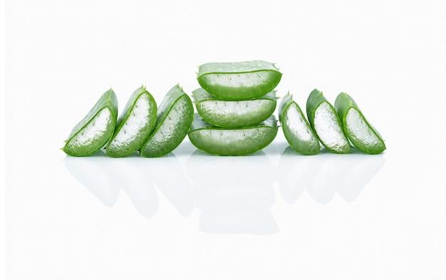 Gesneden aloë vera-bladeren bevatten transparante aloë vera-gel aan de binnenkant