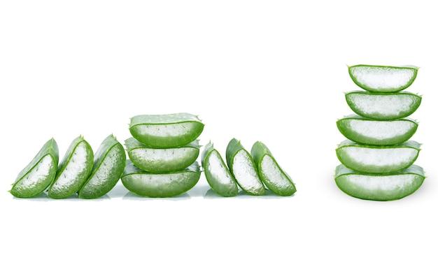 Gesneden aloë vera-bladeren vertonen transparante aloë vera-gel aan de binnenkant. aloë vera is een zeer nuttig kruidengeneesmiddel voor huidverzorging en haarverzorging.
