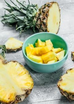 Gesneden ananas in een kom. op rustiek