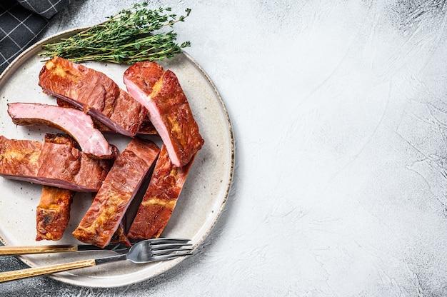 Gesneden bbq varkensribbetjes in een saus