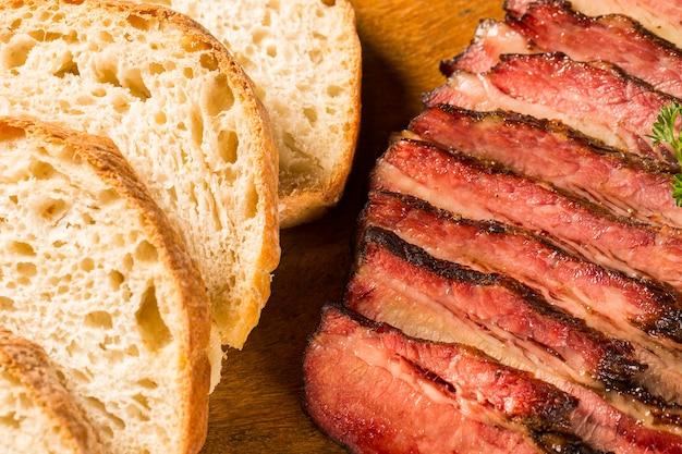 Gesneden borststuk met brood