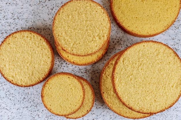 Gesneden boter cake op tafel voor het maken van cake.