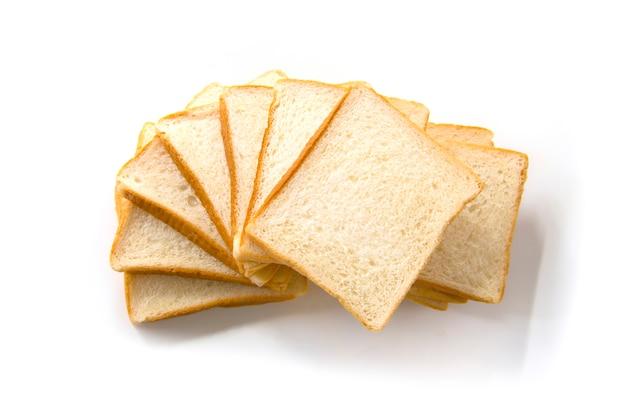 Gesneden brood dat op witte achtergrond wordt geïsoleerd
