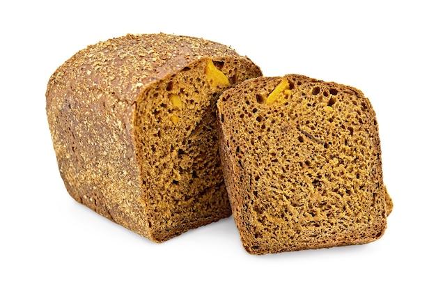 Gesneden brood en een sneetje roggebrood met gekonfijt fruit geïsoleerd op een witte achtergrond