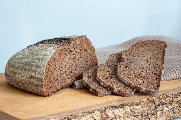Gesneden brood met zonnebloempitten en sesam op een bord