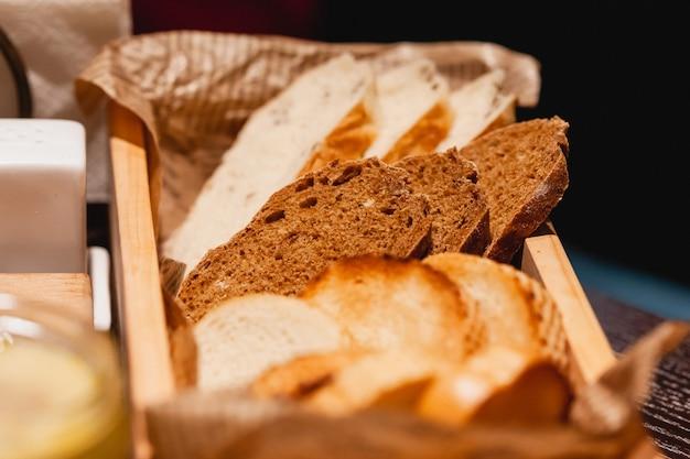 Gesneden brood op de tafel in het restaurant