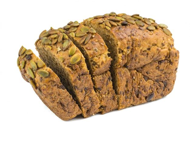 Gesneden brood van tarwemeel dat op witte achtergrond wordt geïsoleerd