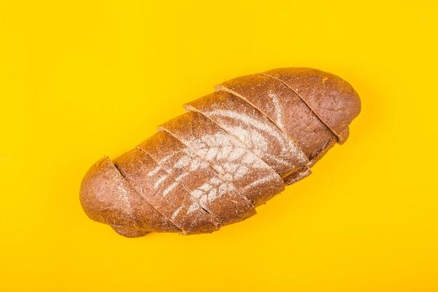Gesneden brood voor diner op een gele achtergrond