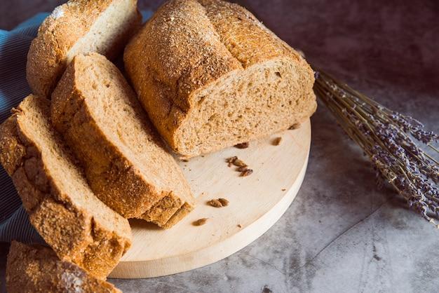 Gesneden broodje op scherpe raadshoek