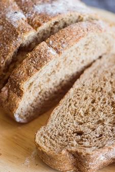 Gesneden broodjes op houten lijst dicht omhoog