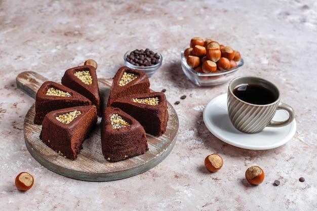 Gesneden browniecake met hazelnoten.