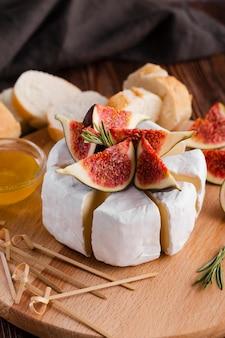 Gesneden camembertrol met fig